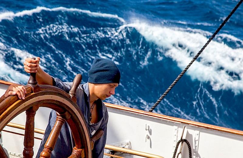 Картинка корабля с человеком на борту